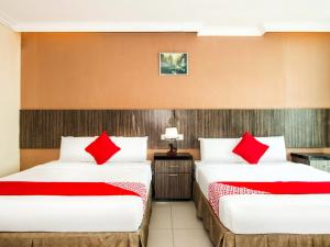 A bed or beds in a room at OYO 443 Crystal City Hotel