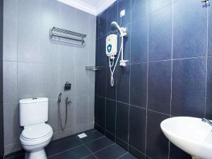 A bathroom at OYO 443 Crystal City Hotel