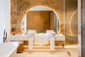 A bathroom at Aguas de Ibiza Grand Luxe Hotel