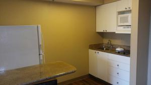 A kitchen or kitchenette at Extended Stay America Suites - Orlando - Southpark - Commodity Circle