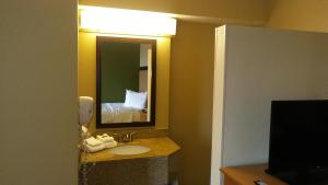 A bathroom at Extended Stay America Suites - Orlando - Southpark - Commodity Circle