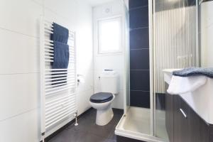 A bathroom at DL Comfort 4 personen