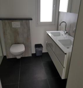A bathroom at DL Deluxe 6 personen