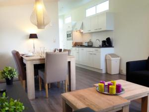 A kitchen or kitchenette at PDIJ Comfort 5 personen