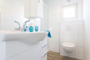 A bathroom at PDIJ Comfort 5 personen