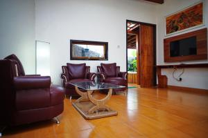 A seating area at Spring Hill Boutique Hotel Ruteng