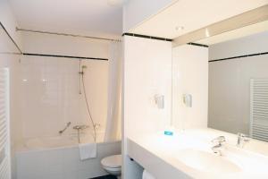 A bathroom at Amrâth Grand Hotel de l'Empereur