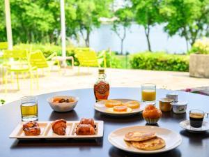 Options de petit-déjeuner proposées aux clients de l'établissement Novotel Paris Créteil Le Lac