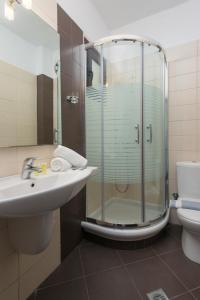 A bathroom at Hotel Villa Natassa
