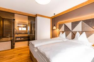 A bed or beds in a room at Gletscherblick- serviced apartments