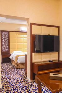Uma TV ou centro de entretenimento em Ayoon Almmlaka Hotel Suites 2