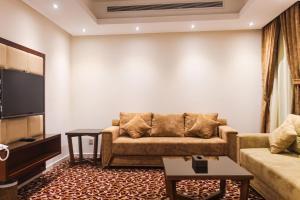 Uma área de estar em Ayoon Almmlaka Hotel Suites 2