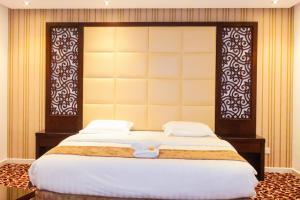 Cama ou camas em um quarto em Ayoon Almmlaka Hotel Suites 2