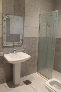 Um banheiro em Ayoon Almmlaka Hotel Suites 2