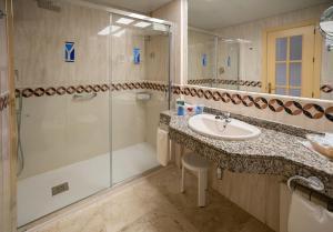 Ett badrum på Hotel Yaramar - Adults Recommended