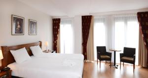 A bed or beds in a room at Amrâth Grand Hotel Frans Hals
