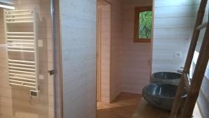 A bathroom at Les Cabanes du Herisson