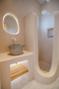A bathroom at Yialos Ios Hotel