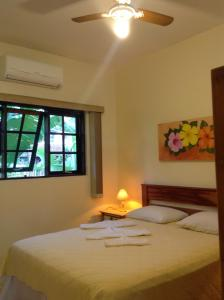 A bed or beds in a room at Pousada Banana Verde