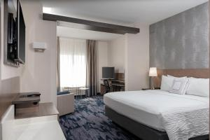 A bed or beds in a room at Fairfield Inn & Suites by Marriott Charlotte Pineville/Ballantyne