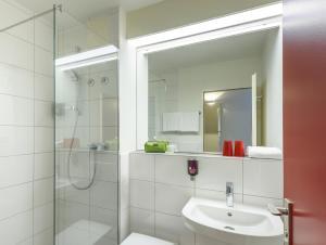 A bathroom at Hotel am Schlosspark Herten