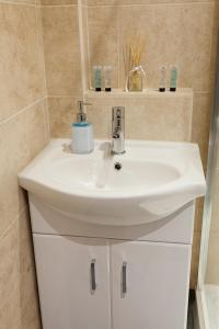 A bathroom at Nelthorpe Arms