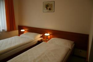 A bed or beds in a room at Alexis