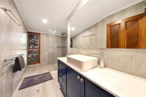 A bathroom at Poinciana Lodge