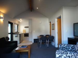 A seating area at Alpine Glacier Motel