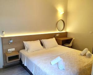 Łóżko lub łóżka w pokoju w obiekcie Caravel Hotel Apartments