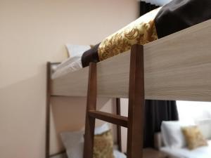 Двухъярусная кровать или двухъярусные кровати в номере Hotel Enisey