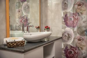 A bathroom at Alma Hotel