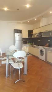 A cozinha ou cozinha compacta de metro SAHIL 2 Bedrooms
