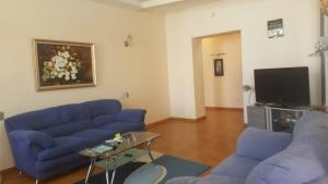 Uma área de estar em metro SAHIL 2 Bedrooms