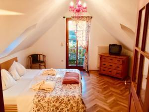 A bed or beds in a room at Das junge Römerstein - die kleine Perle an der Therme