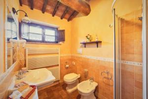 A bathroom at Agriturismo Palazzi Del Papa