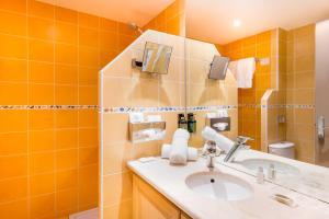 A bathroom at Hotel BW Signature Collection Le Suffren