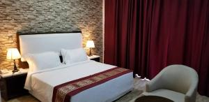 A bed or beds in a room at Metzy Residence Hotel