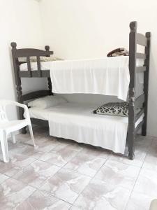 Uma ou mais camas em beliche em um quarto em Pousada Villa Di Loire