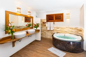 A bathroom at Vila Coqueiros Boutique Hotel