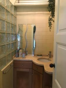 A bathroom at A casa do bairro