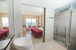 Salle de bains dans l'établissement Palace Bonanza Playa Resort & SPA by Olivia Hotels Collection