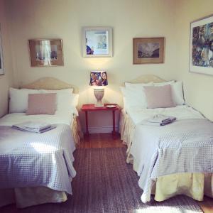 Säng eller sängar i ett rum på Hållsviken B&B