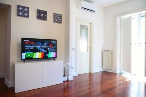 A television and/or entertainment centre at Glam House Apartment