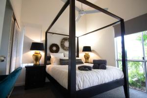 A bed or beds in a room at 2 Bedroom close to CBD