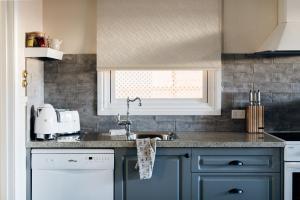 A kitchen or kitchenette at Luxury on Loch