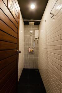A bathroom at Tian Tian Hostel