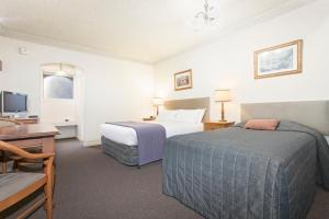 A bed or beds in a room at Hotel Bruce County
