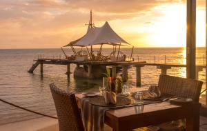 En restaurant eller et andet spisested på Coco de Mer Hotel and Black Parrot Suites