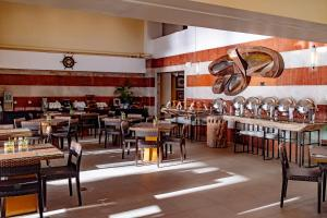 A restaurant or other place to eat at Crown Regency Beach Resort